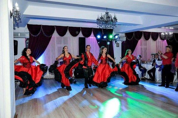 Dansatori pentru evenimente, ansamblul de dansatori Azurdancestudio pentru evenimente corporative, show-uri remarcabile de dansuri, tiganesc, latino sau orientale. Cuplurile de dansatori Azurdancestudio aduc frumusetea si fantasticul si vor electriza in esenta orice eveniment.
